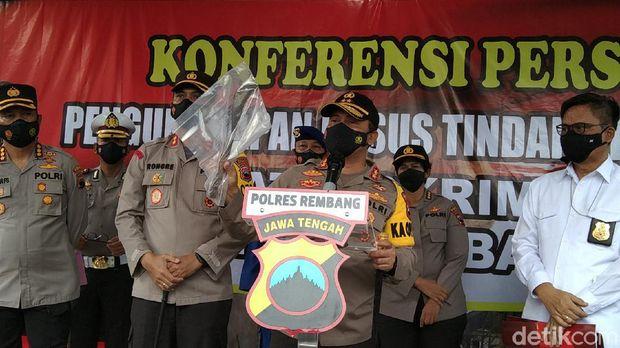 Kapolda Jateng Irjen Ahmad Luthfi menunjukkan barang bukti arit di kasus pembunuhan empat orang sekeluarga di Rembang, Kamis (11/2/2021)
