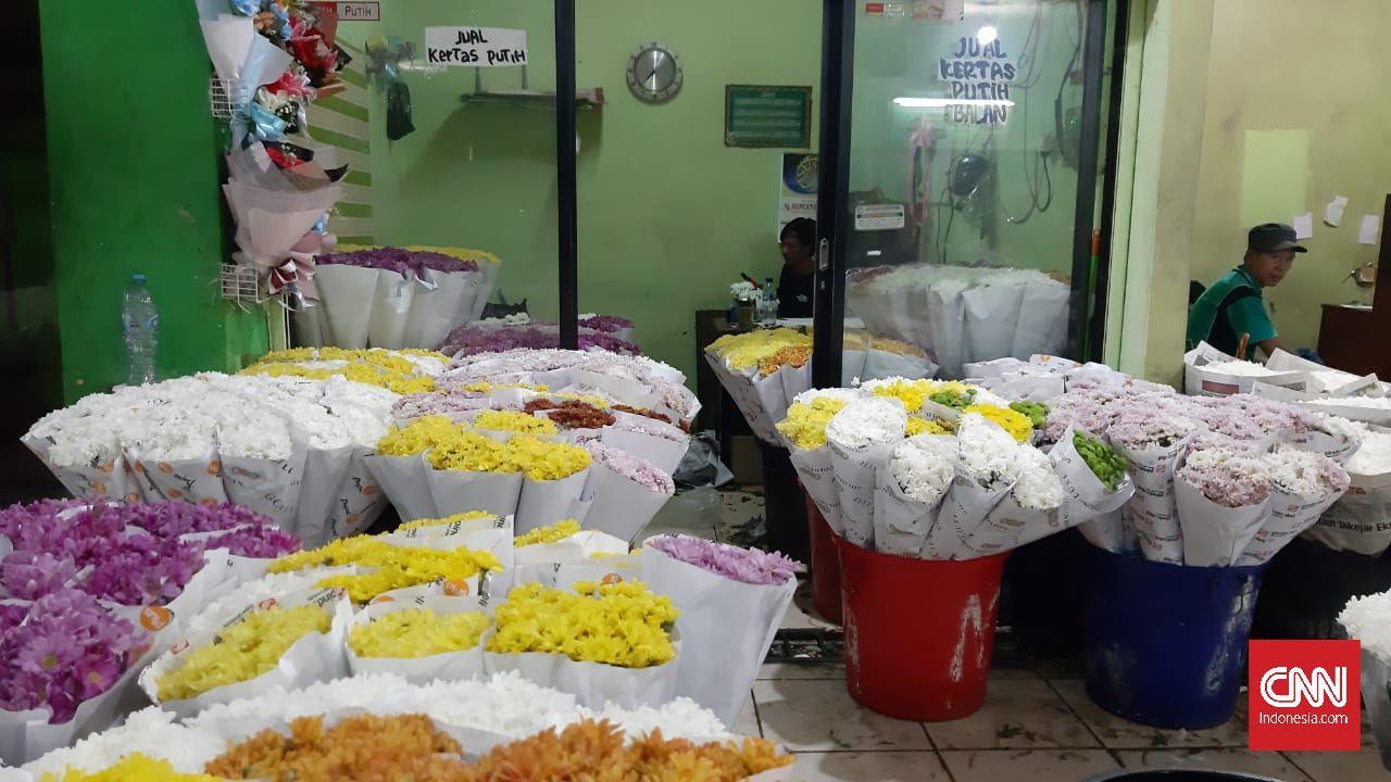 Kondisi Pasar Bunga Rawa Belong, Jakarta Barat tampak sepi menjelang Hari Valentine di tengah pandemi covid-19, Rabu (10/2). Pedagang bunga mengaku omzet mereka merosot hingga 50 persen dari kondisi normal.
