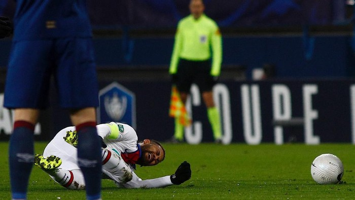 Paris Saint-Germains Brazilian forward Neymar (3rd-L) reacts on the lawn during the French Cup round-of-64 football match between Stade Malherbe Caen and Paris Saint-Germain at the Michel-dOrnano Stadium in Caen, northwestern France on February 10, 2021. (Photo by Sameer Al-DOUMY / AFP)