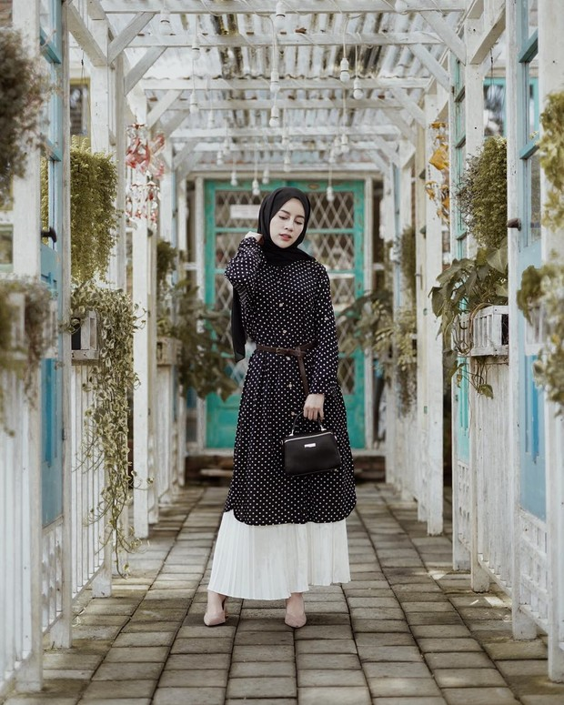 Pakai belt, OOTD hijab tunik dan rok plisket jadi makin modis