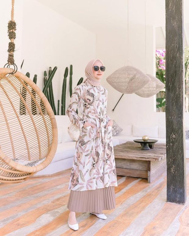 OOTD hijab tunik motif dan rok plisket polos