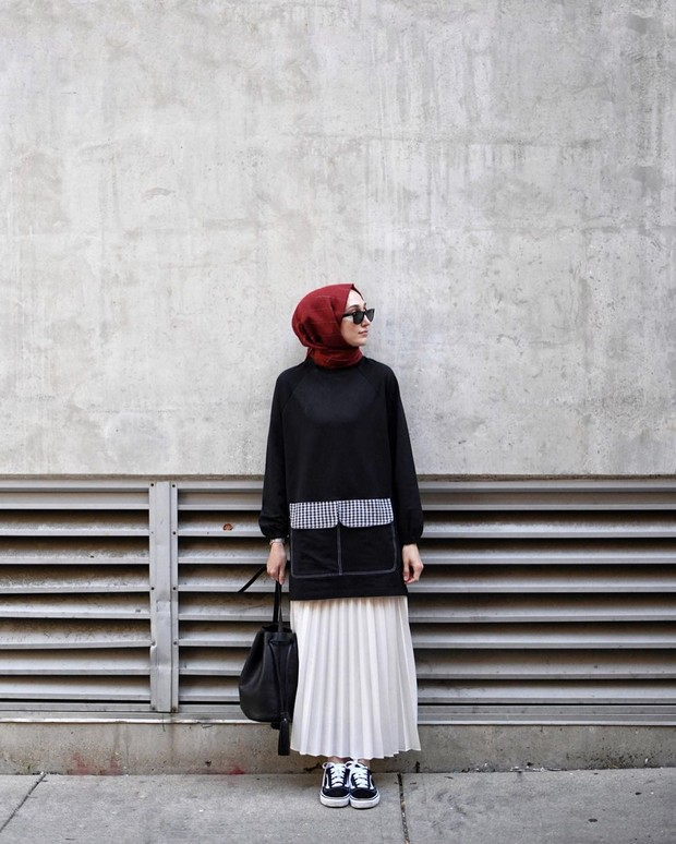 OOTD hijab tunik dan rok plisket dengan sepatu kets