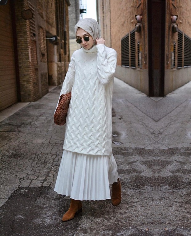 OOTD hijab tunik dan rok plisket serba putih