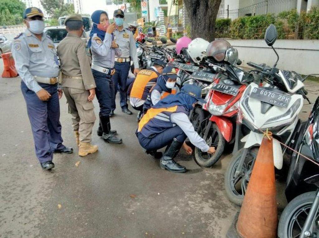 Operasi Cabut Pentil, Awas! Motor Parkir Sembarangan Bakal Digembosi