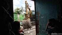 Bangunan Liar di Sekitar Jakarta International Stadium Digusur
