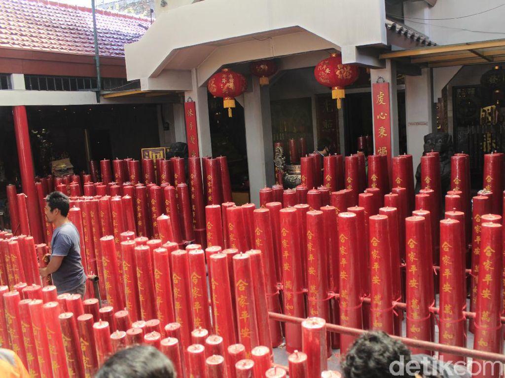 Ratusan Lilin Doa Mulai Ditata di Vihara Dharma Ramsi Bandung