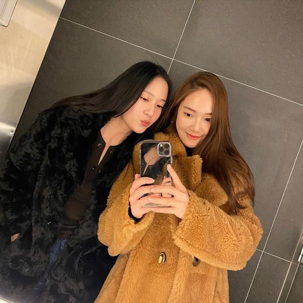 Sebelum debut Jung Sisters menjadi trainee bersama di SM Entertainment.