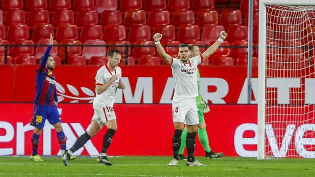 Sevilla's Ivan Rakitic, second left, reacts after scoring his side's second goal during a Spanish Copa del Rey semifinal soccer match between Sevilla and FC Barcelona at Ramon Sanchez Pizjuan stadium in Seville , Spain, Wednesday, Feb. 10, 2021. (AP Photo/Angel Fernandez)