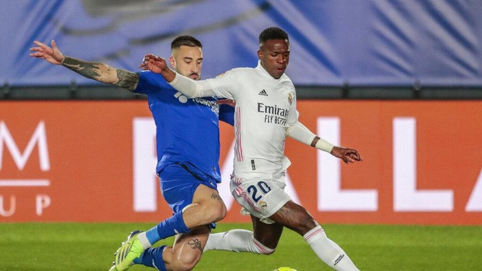 Real Madrids Vinicius Junior, right, fights for the ball with Getafes Erick Cabaco during the Spanish La Liga soccer match between Real Madrid and Getafe at Alfredo di Stefano stadium in Madrid, Spain, Tuesday, Feb. 9, 2021. (AP Photo/Bernat Armangue)