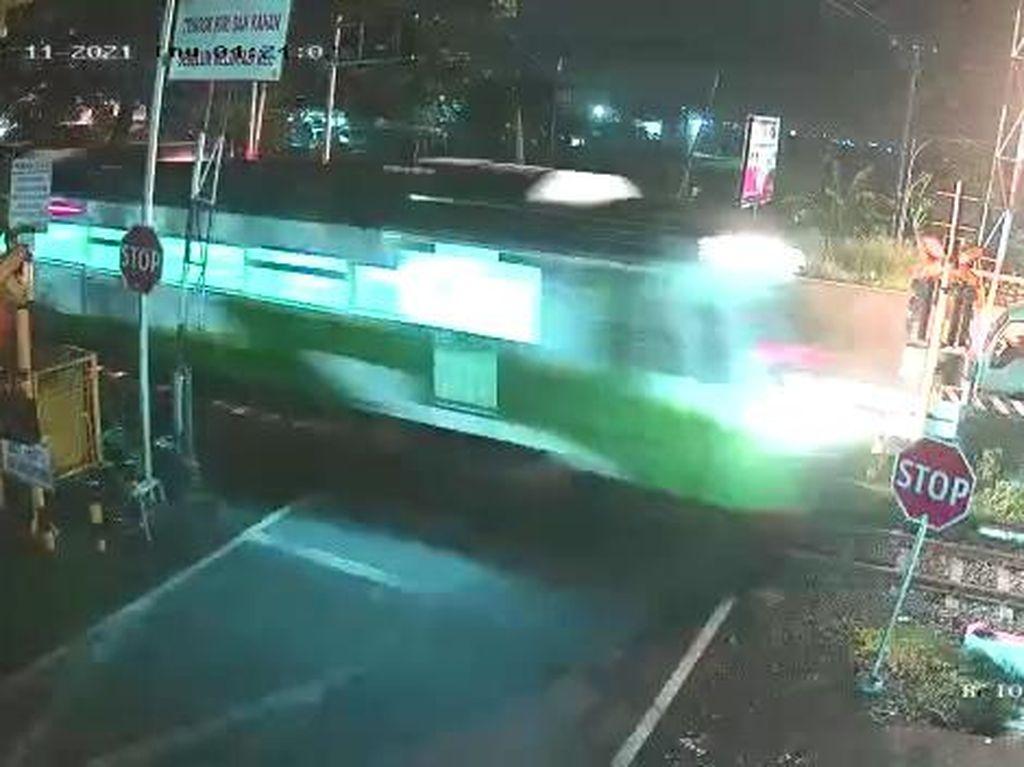 Terekam CCTV, Biker Terobos Lintasan Tewas Tertabrak Kereta Api di Pasuruan