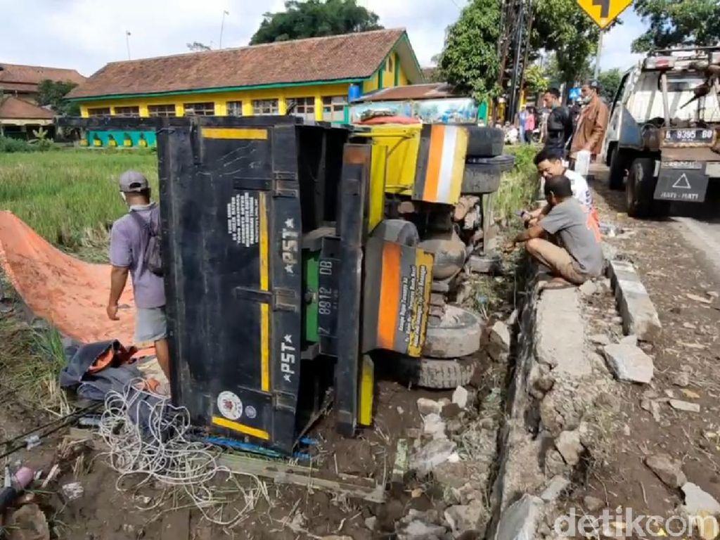 Sopir Kelelahan, Truk Muatan Jagung Terguling di Tasikmalaya