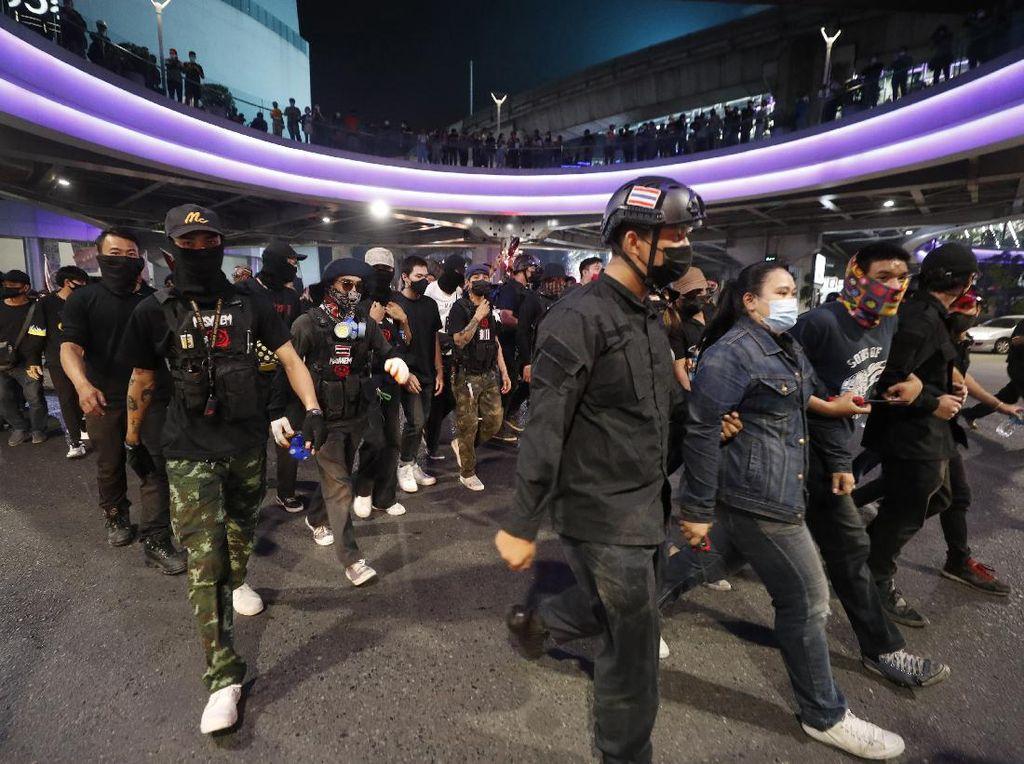 Aktivis Thailand Ditangkap Atas Tuduhan Bakar Foto Raja