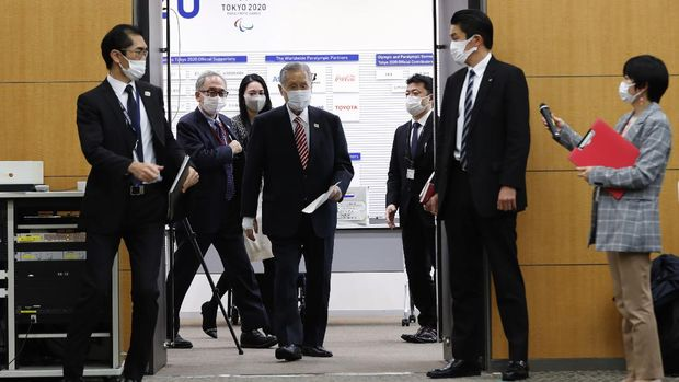Yoshiro Mori, center, the president of the Tokyo Olympic organizing committee, enters a venue for a news conference in Tokyo Thursday, Feb. 4, 2021. (Kim Kyung-hoon/Pool Photo via AP)