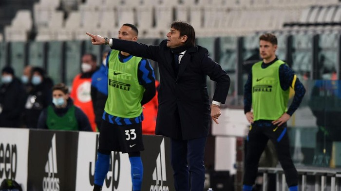 TURIN, ITALY - FEBRUARY 09: Antonio Conte, Manager of FC Internazionale during the Coppa Italia semi-final match between Juventus and FC Internazionale at Allianz Stadium on February 9, 2021 in Turin, Italy. Sporting stadiums around Italy remain under strict restrictions due to the Coronavirus Pandemic as Government social distancing laws prohibit fans inside venues resulting in games being played behind closed doors. (Photo by Chris Ricco/Getty Images)