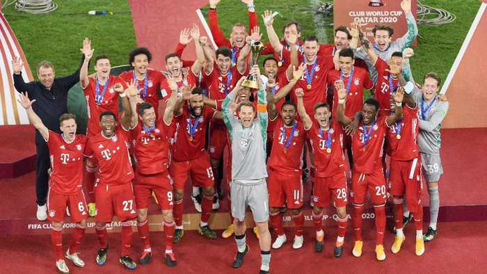 DOHA, QATAR - FEBRUARY 11: . Manuel Neuer of FC Bayern Muenchen lifts the FIFA Club World Cup Qatar 2020 trophy after the finale FIFA Club World Cup Qatar 2020 match between FC Bayern Muenchen and Tigres UANL on February 11, 2021 in Doha, Qatar. (Photo by Gaston Szerman/DeFodi Images/Getty Images)