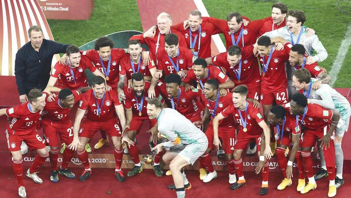 Bayerns goalkeeper Manuel Neuer holds the trophy as celebrates with his teammates winning the Club World Cup final soccer match between FC Bayern Munich and Tigres at the Education City stadium in Al Rayyan, Qatar, Thursday, Feb. 11, 2021. (AP Photo)