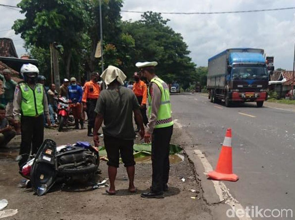 Diduga Ugal-Ugalan, Bus Mira Tabrak Pemotor hingga Tewas di Madiun