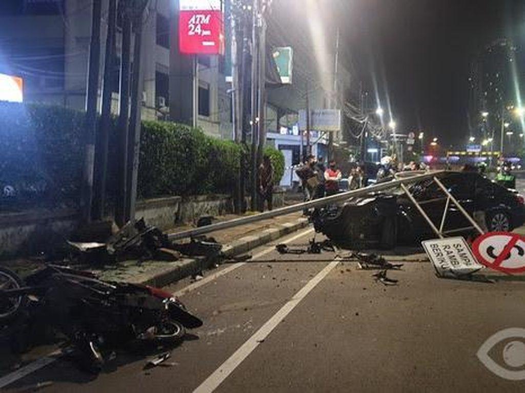 Sopir Mengantuk, Mobil Seruduk Motor-Tabrak Tiang Rambu di Jakbar