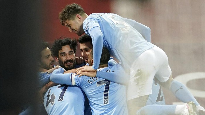 Manchester Citys Ilkay Gundogan, 2nd left, celebrates after scoring his sides second goal during the English Premier League soccer match between Liverpool and Manchester City at Anfield Stadium, Liverpool, England, Sunday, Feb. 7, 2021. (AP photo/Jon Super, Pool)