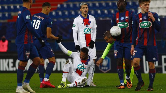 Paris Saint-Germains Brazilian forward Neymar (3rd-L) reacts after falling down during the French Cup round-of-64 football match between Stade Malherbe Caen and Paris Saint-Germain at the Michel-dOrnano Stadium in Caen, northwestern France on February 10, 2021. (Photo by Sameer Al-DOUMY / AFP)
