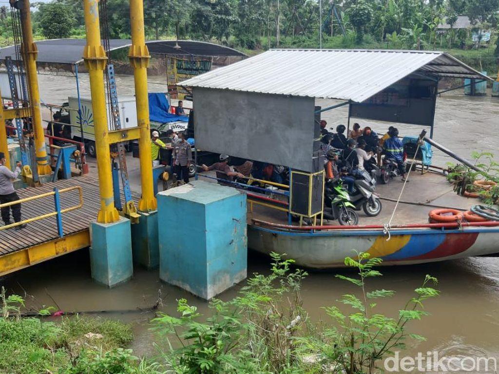 Pemuda di Blitar Tiba-Tiba Melompat dari Perahu dan Hanyut di Sungai Brantas