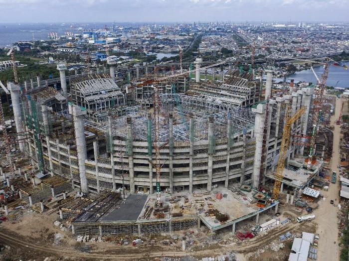 Foto aerial pembangunan Jakarta International Stadium (JIS) di kawasan Papanggo, Tanjung Priok, Jakarta Utara, Jumat (12/2/2021). PT Jakarta Propertindo menyatakan hingga minggu ke-75 progres pembangunan stadion tersebut telah mencapai 46,9647 persen. ANTARA FOTO/Sigid Kurniawan/wsj.