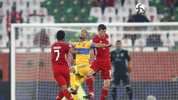 Tigres' Carlos Gonzalez, center, fights for the ball with Bayern's Robert Lewandowski, right, and Bayern's Serge Gnabry during the Club World Cup final soccer match between FC Bayern Munich and Tigres at the Education City stadium in Al Rayyan, Qatar, Thursday, Feb. 11, 2021. (AP Photo)
