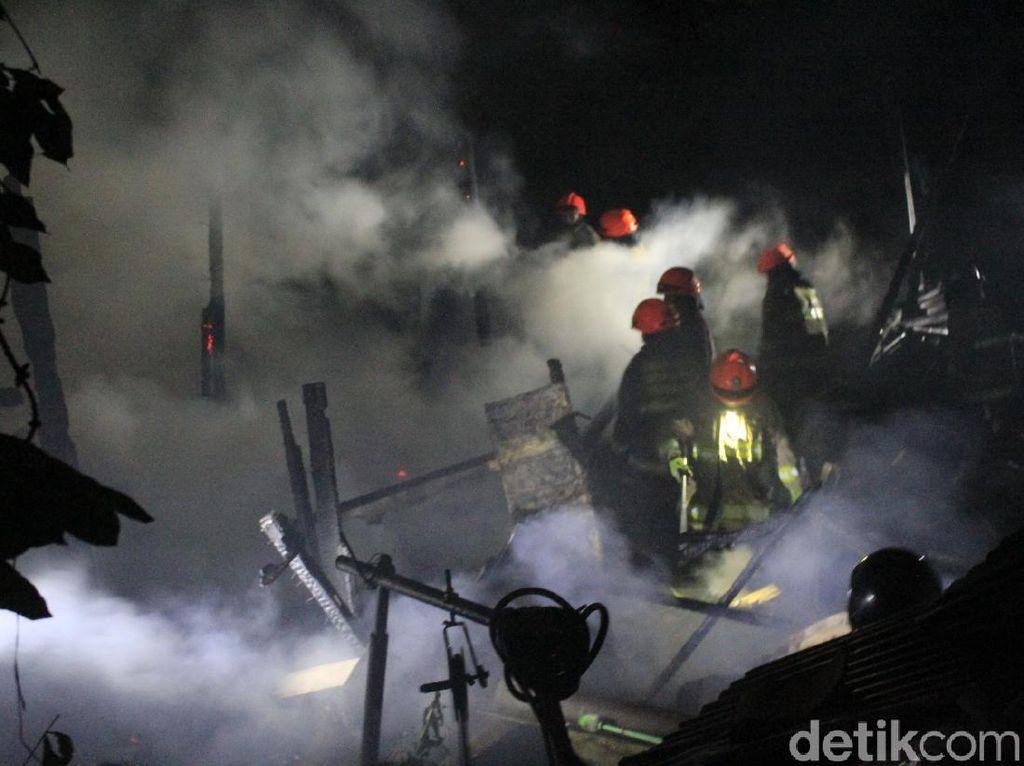 Rumah Berpenghuni 20 Jiwa di Bandung Hangus Terbakar