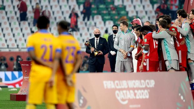 Soccer Football - Club World Cup - Final - Bayern Munich v Tigres UANL - Education City Stadium, Al Rayyan, Qatar - February 11, 2021 Fifa President Gianni Infantino with the Club World Cup trophy REUTERS/Ibraheem Al Omari
