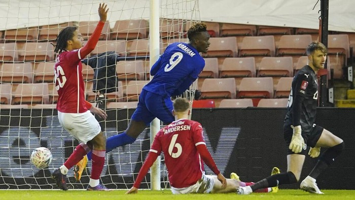 Chelseas Tammy Abraham, centre, scores the opening goal during the English FA Cup fifth round soccer match between Barnsley and Chelsea at the Oakwell Stadium in Barnsley, England,Thursday Feb. 11, 2021. (AP Photo/Dave Thompson, Pool)