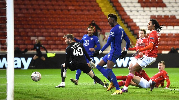 BARNSLEY, ENGLAND - FEBRUARY 11: Tammy Abraham of Chelsea scores their sides first goal during The Emirates FA Cup Fifth Round match between Barnsley and Chelsea at Oakwell Stadium on February 11, 2021 in Barnsley, England. Sporting stadiums around the UK remain under strict restrictions due to the Coronavirus Pandemic as Government social distancing laws prohibit fans inside venues resulting in games being played behind closed doors. (Photo by Laurence Griffiths/Getty Images)