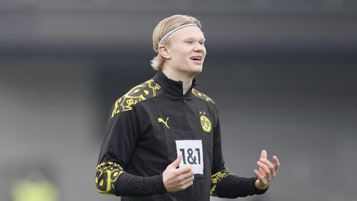 FREIBURG IM BREISGAU, GERMANY - FEBRUARY 06: Erling Haaland of Borussia Dortmund reacts during the warm up prior to the Bundesliga match between Sport-Club Freiburg and Borussia Dortmund at Schwarzwald-Stadion on February 06, 2021 in Freiburg im Breisgau, Germany. Sporting stadiums around Germany remain under strict restrictions due to the Coronavirus Pandemic as Government social distancing laws prohibit fans inside venues resulting in games being played behind closed doors. (Photo by Ronald Wittek - Pool/Getty Images)