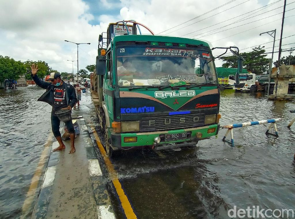 Habis Surut Banjir Terbitlah Jalan Rusak di Jalur Pantura