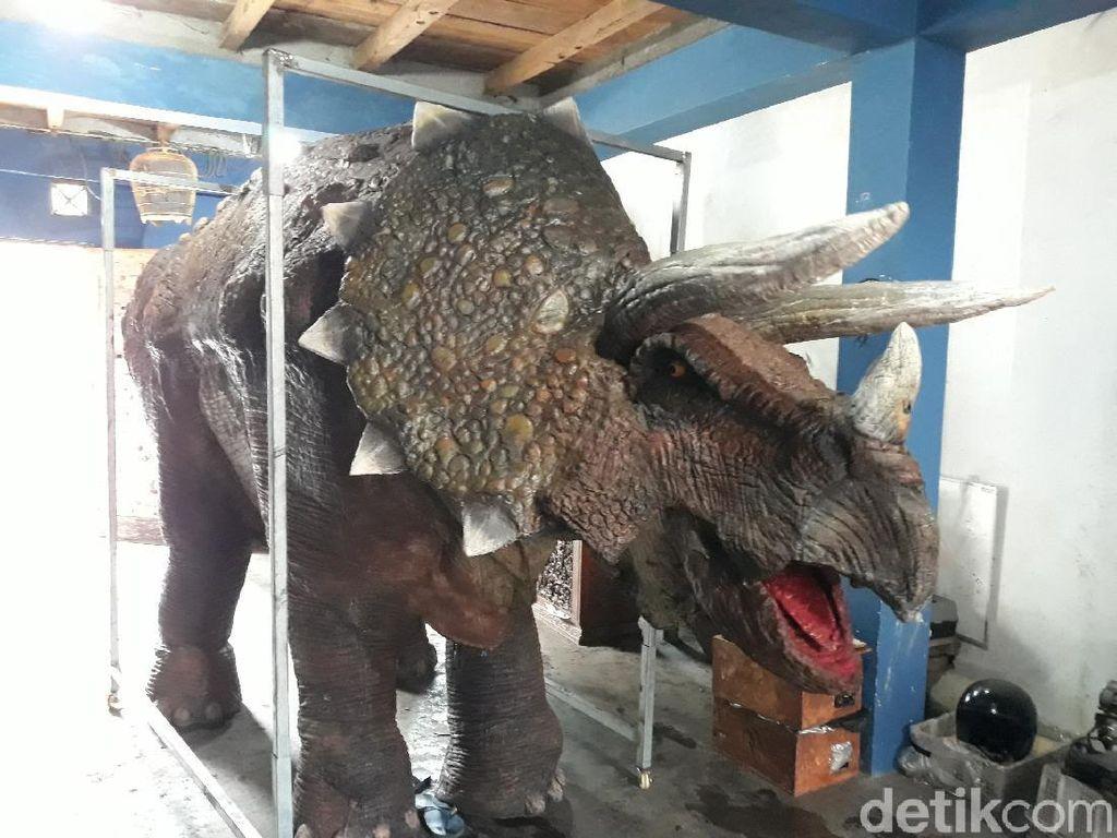 Terinspirasi Jurassic Park, Pemuda Ini Bikin Kostum Animatronik Dinosaurus