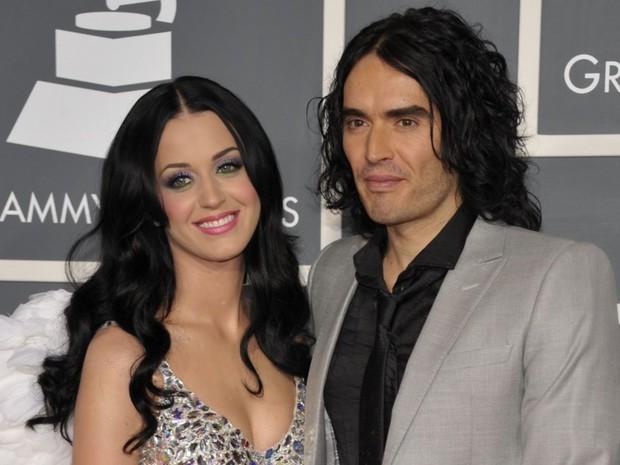 saat melakukan wawancara dengan Vogue, Katy mengklaim bahwa Russell putus dengannya melalui pesan teks.