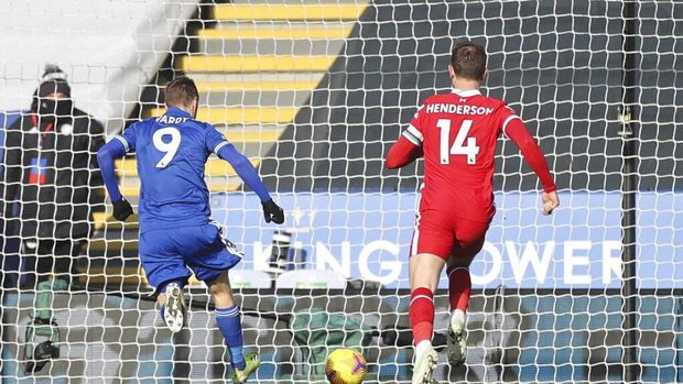 Leicester's Jamie Vardy, left, scores his side's second goal during the English Premier League soccer match between Leicester City and Liverpool at the King Power Stadium in Leicester, England, Saturday, Feb. 13, 2021. (Carl Recine/Pool Photo via AP)