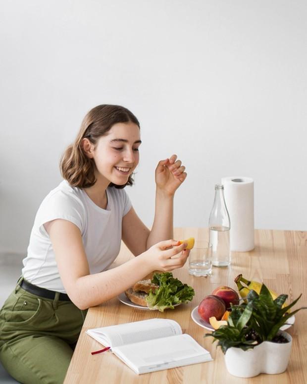penelitian terbaru menemukan bahwa kamu bisa mendapatkan keuntungan yang lebih baik jika makan dan minum sebelum olahraga.