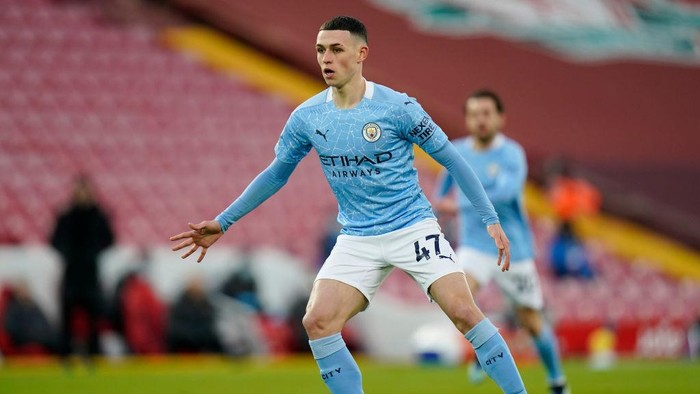 LIVERPOOL, ENGLAND - FEBRUARY 07: Phil Foden of Manchester City in action during the Premier League match between Liverpool and Manchester City at Anfield on February 07, 2021 in Liverpool, England. Sporting stadiums around the UK remain under strict restrictions due to the Coronavirus Pandemic as Government social distancing laws prohibit fans inside venues resulting in games being played behind closed doors (Photo by Tim Keeton - Pool/Getty Images)