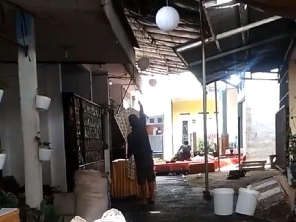 Polisi Bongkar Tenda Pernikahan Warga Jakarta Timur