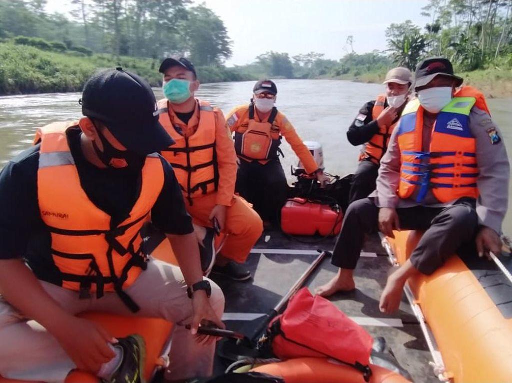 Begini Proses Pencarian Pemuda di Blitar yang Lompat ke Sungai Brantas