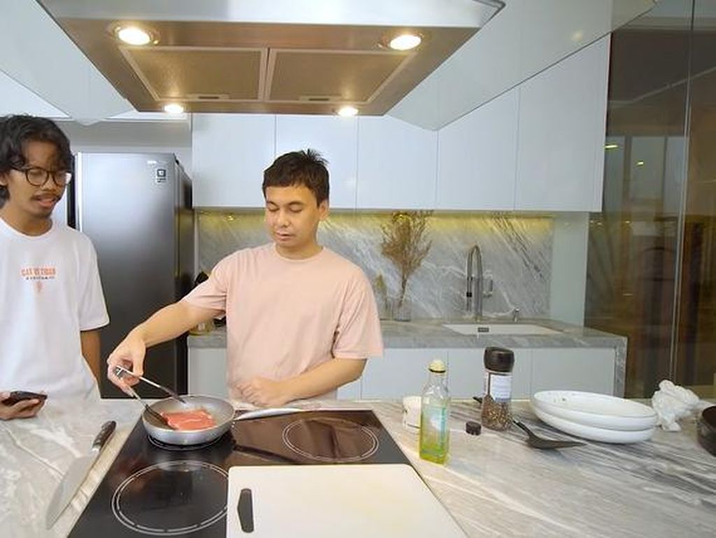 Raditya Dika Tunjukkan Bedanya Masak Daging Rp 70 Ribu vs Rp 500 Ribu