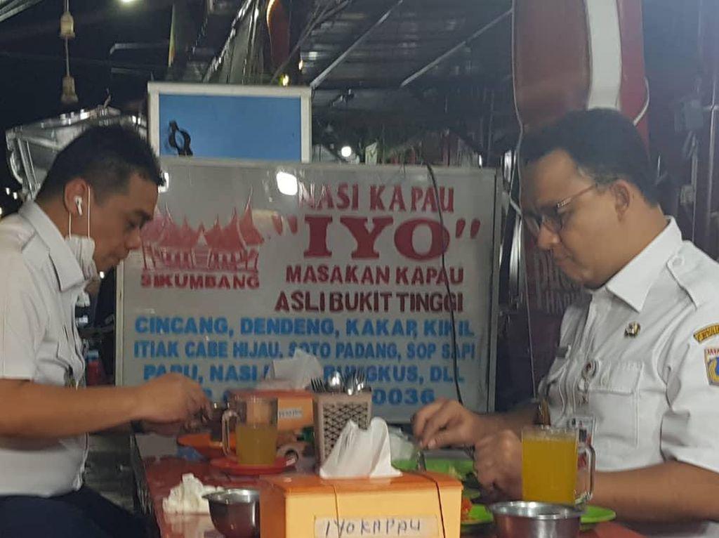 Intip Momen Riza Patria Makan Nasi Kapau Bareng Anies Baswedan