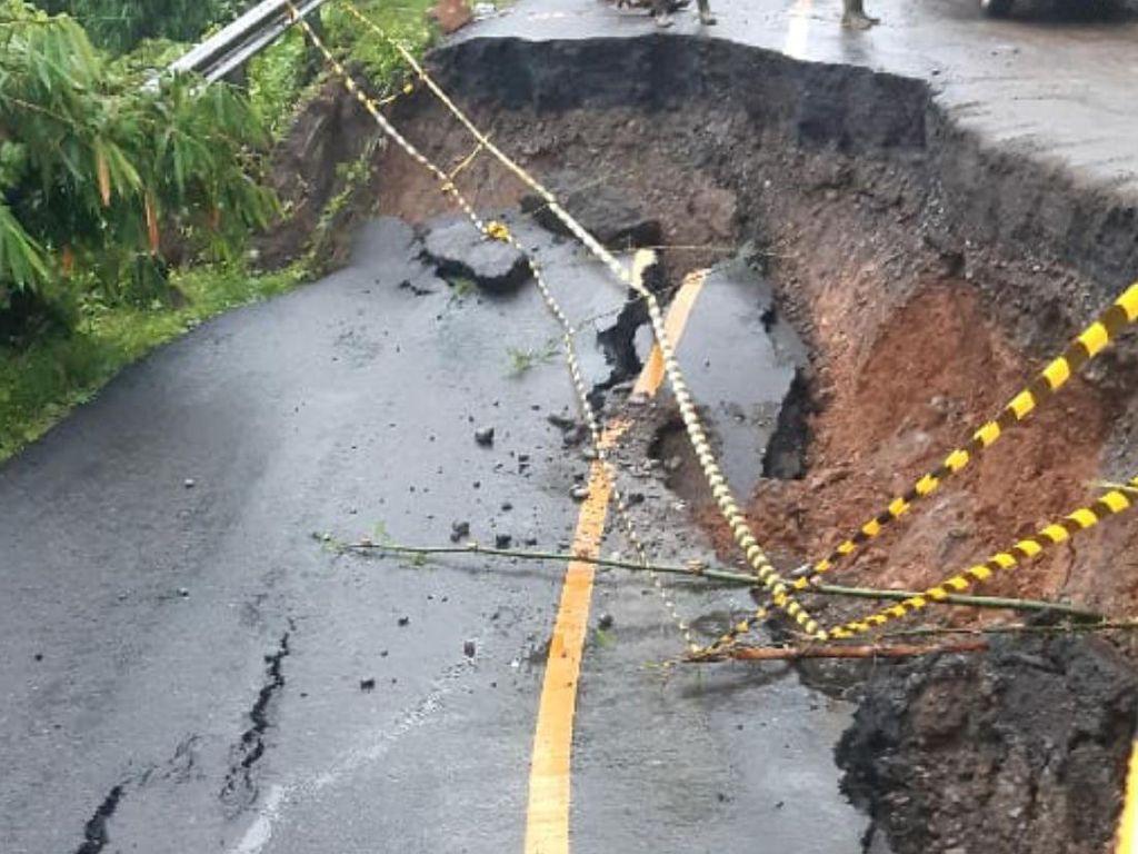 Diguyur Hujan Lebat Semalaman, Jalan Lintas Sumatera di Lahat Longsor