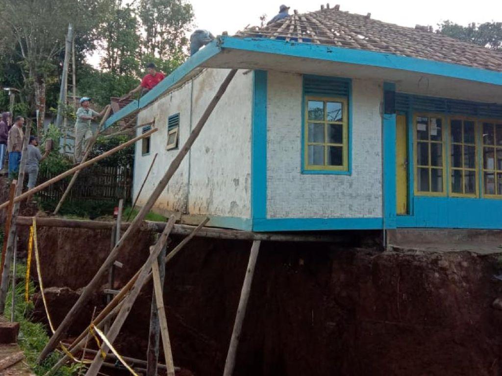 Penampakan Rumah Menggantung di Lokasi Pergerakan Tanah Sukabumi