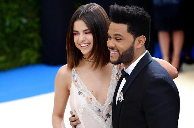 Sebuah sumber untuk TMZ, dilaporkan mengklaim The Weeknd menelepon Selena untuk mengakhiri banyak hal dan mengatakan bahwa hubungan mereka kehilangan gairah.