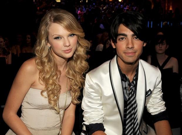 Swift menyebut Joe sebagai anak laki-laki yang putus dengannya melalui telepon dalam 25 detik ketika dirinya berusia 18 tahun.
