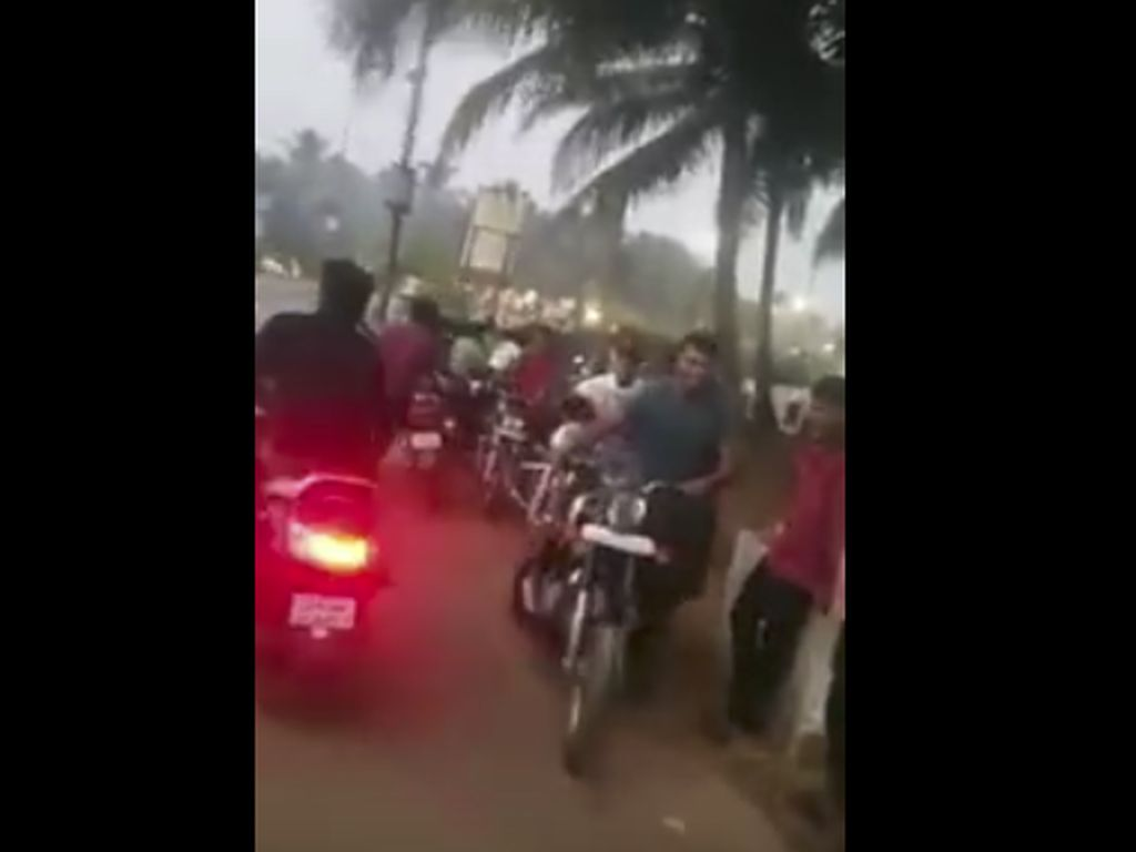 Akal Bulus! Puluhan Orang Tuntun Motor Supaya Lolos Razia Polisi