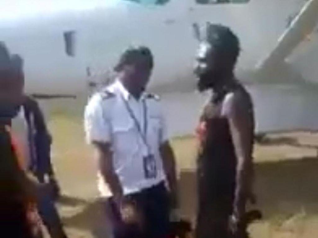 Beredar Video KKB Papua Bersenpi Todong Awak Pesawat, Polisi: Itu Akhir 2020