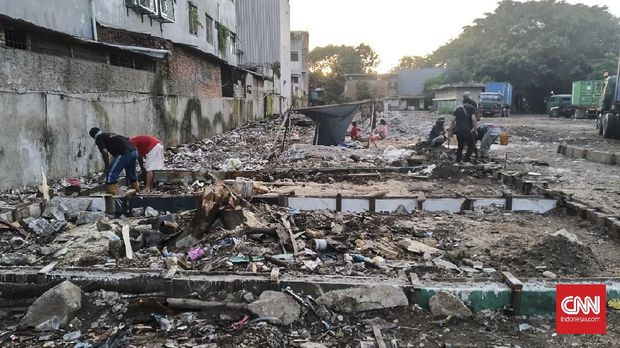 Tak sedikit warga di Kampung Bayam, Papanggo, Tanjung Priok, Jakarta Utara yang belum mendapat rumah kampung deret yang dijanjikan Pemprov DKI Jakarta sebagai dampak pembangunan Jakarta International Stadium