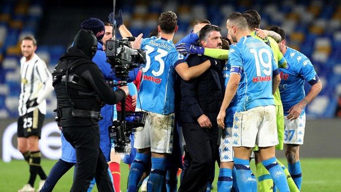 NAPLES, ITALY - FEBRUARY 13: Gennaro Gattuso, Head Coach of Napoli celebrates victory with his players following the Serie A match between SSC Napoli  and Juventus at Stadio Diego Armando Maradona on February 13, 2021 in Naples, Italy. Sporting stadiums around Italy remain under strict restrictions due to the Coronavirus Pandemic as Government social distancing laws prohibit fans inside venues resulting in games being played behind closed doors. (Photo by Francesco Pecoraro/Getty Images)